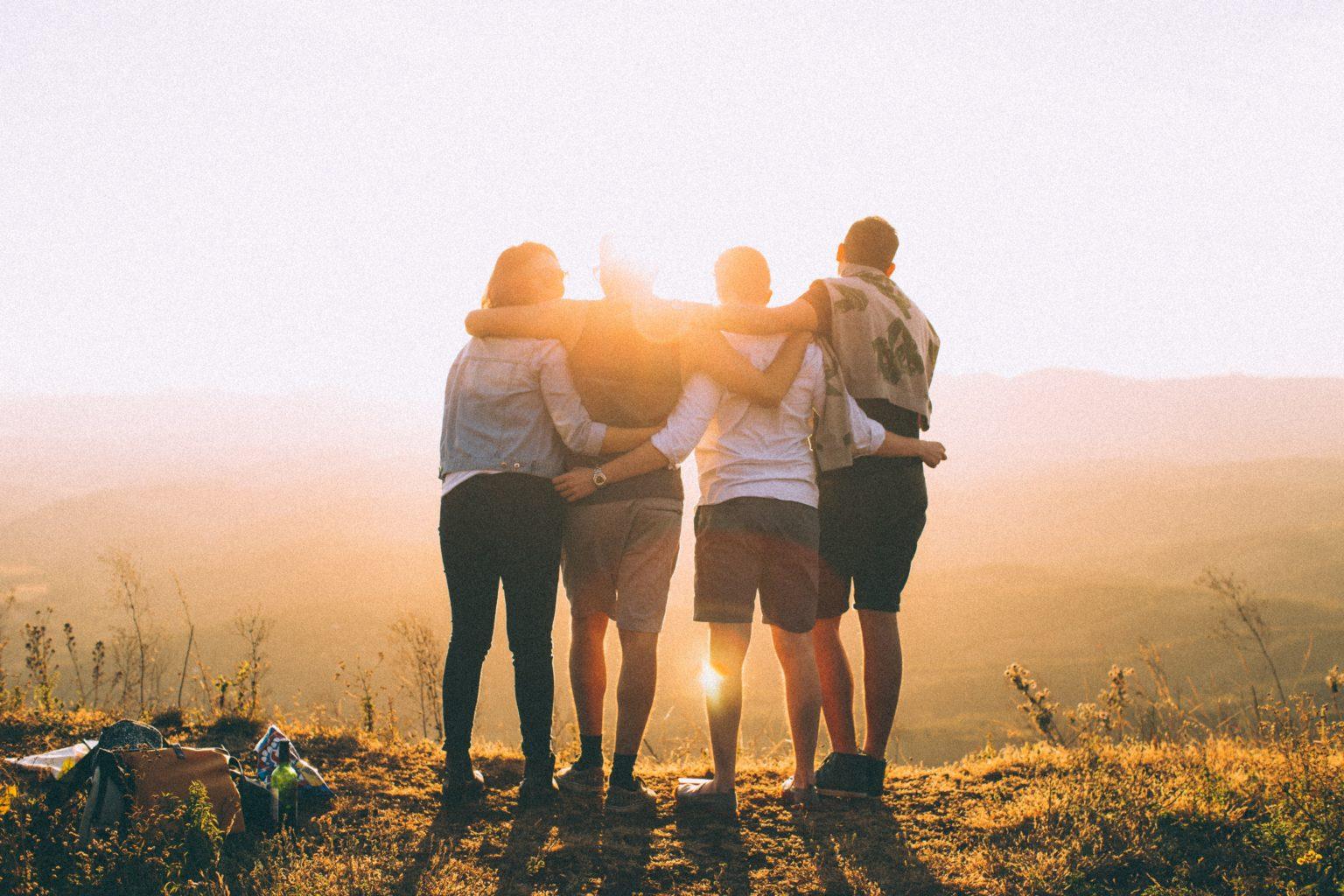 Venner på tur i solnedgang